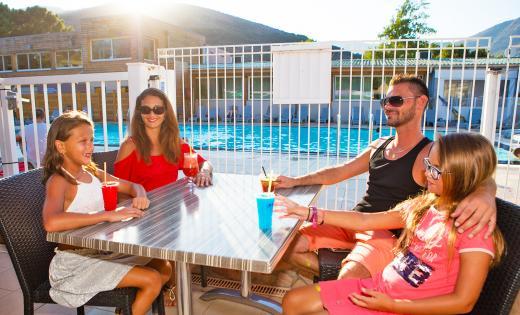 Famille bar piscine