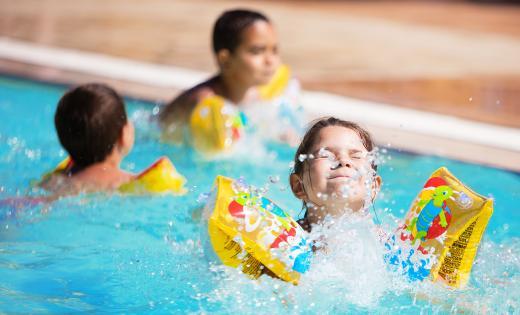 enfant piscine sagone