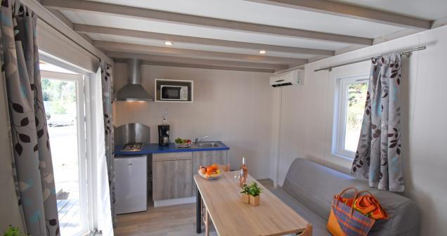 Coin séjour et cuisine du mobil home Lumio2