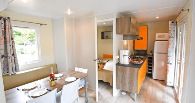 Coin séjour et cuisine du mobil home Declick6
